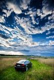 VILNIUS, LITAUEN - 10. JULI 2012: Luxus-Lexus Car Internationaler Flughafen Vilnius im Hintergrund Bewölkter blauer Himmel Lizenzfreies Stockbild