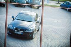 VILNIUS, LITAUEN - 10. JULI 2012: Luxus-Lexus Car Reflexion im Spiegel Stockbilder