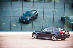 VILNIUS, LITAUEN - 10. JULI 2012: Luxus-Lexus Car Reflexion im Spiegel Stockfoto