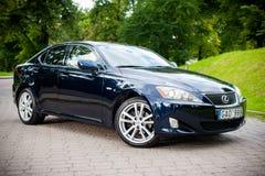 VILNIUS LITAUEN - JULI 10, 2012: Lyxiga Lexus Car Grönt gräs och parkerar i bakgrund royaltyfria bilder