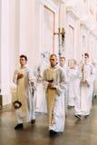 Vilnius Litauen - Juli 6, 2016: Procession i domkyrkabasilika av helgon Royaltyfri Bild