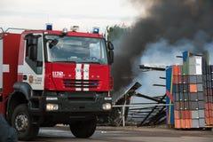 VILNIUS LITAUEN - 19 JUNI, 2015: Brand av byggnader och bilar Royaltyfria Foton