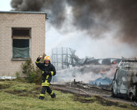VILNIUS LITAUEN - 19 JUNI, 2015: Brand av byggnader och bilar Fotografering för Bildbyråer
