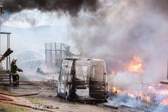 VILNIUS LITAUEN - 19 JUNI, 2015: Brand av byggnader och bilar Royaltyfria Bilder