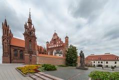VILNIUS, LITAUEN - 26. Juni 2012: Kirche von St Anne und von Statue in Vilnius Lizenzfreies Stockbild