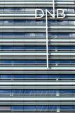 Vilnius, Litauen - 29. Juni 2016: Neues baltisches Bürogebäude des norwegischen DNB-Bankabschlusses oben Lizenzfreie Stockfotografie