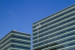 Vilnius, Litauen - 29. Juni 2016: Neues baltisches Bürogebäude des norwegischen DNB-Bankabschlusses oben Stockbilder
