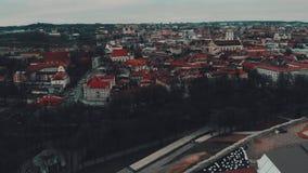 Vilnius, Litauen, Luftzeitversehenansicht zur alten Stadt von Gediminas-Schloss stock footage
