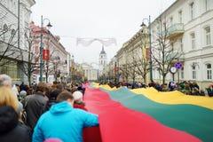 VILNIUS, LITAUEN - 11. MÄRZ 2017: Leute, die an festliche Ereignisse teilnehmen, wie Litauen den 27.jahrestag seines indepe marki Stockfotografie