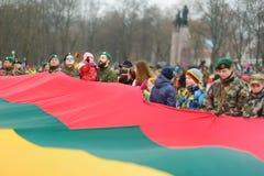 VILNIUS, LITAUEN - 11. MÄRZ 2017: Leute, die an festliche Ereignisse teilnehmen, wie Litauen den 27.jahrestag seines indepe marki Lizenzfreies Stockfoto