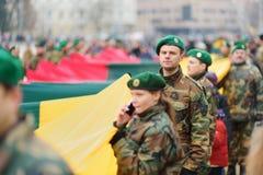 VILNIUS, LITAUEN - 11. MÄRZ 2017: Leute, die an festliche Ereignisse teilnehmen, wie Litauen den 27.jahrestag seines indepe marki Stockbilder