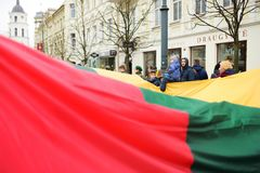 VILNIUS, LITAUEN - 11. MÄRZ 2017: Leute, die an festliche Ereignisse teilnehmen, wie Litauen den 27.jahrestag seines indepe marki Lizenzfreie Stockbilder