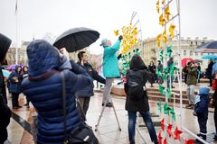 VILNIUS, LITAUEN - 11. MÄRZ 2016: Leute, die an festliche Ereignisse teilnehmen, wie Litauen den 26. Jahrestag seines indepe mark Stockfoto