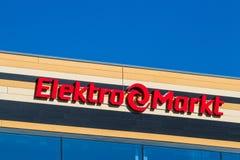 Vilnius Litauen - Maj 10, 2018: Elekromarkt logo och tecken på köpcentret Elektromarkt är en av de störst Royaltyfria Bilder