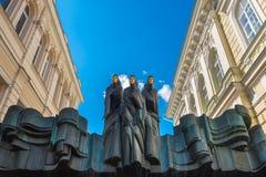 Vilnius Litauen - Maj 12, 2017: Funderar statyer på dramatisk teater Arkivfoto