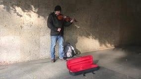 VILNIUS LITAUEN - MAJ 16, 2015: slutet av den trevliga unga musikerkvinnan utför upp på gatan med lurendrejeri på Maj 16, 2015 arkivfilmer