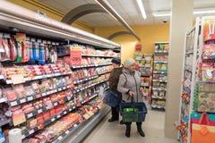 VILNIUS LITAUEN - NOVEMBER 10, 2016: Folk i Maxima Shop Mall i Litauen En av det populärast shoppar i Litauen Royaltyfria Bilder