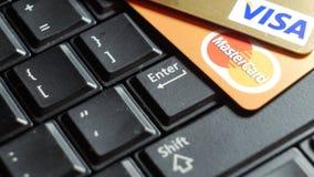 Vilnius Litauen, på Januari 30, 2016 kreditkortar på datortangentbordet - online-shopping stock video