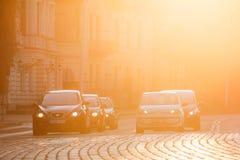 Vilnius Litauen Seat Leon, Volkswagen Eco upp bilar på huvudet av trafik på den Zygimantu gatan, Arkivbild