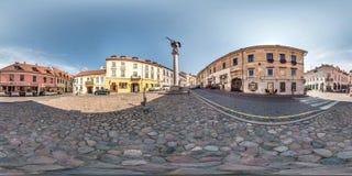 VILNIUS LITAUEN SEPTEMBER 2018, fulla sömlösa 360 grader metar siktspanorama i gammal stad nära skulptur av ängeln av medeltida royaltyfri bild