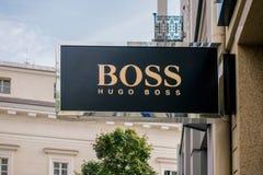 Vilnius Litauen - September 06, 2018: Hugo Boss lagerskylt Hugo Boss fokusar på framkallning och marknadsföring av arkivfoton