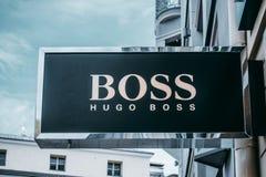 Vilnius Litauen - September 06, 2018: Hugo Boss lagerskylt Hugo Boss fokusar på framkallning och marknadsföring av arkivbilder