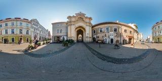 VILNIUS LITAUEN - SEPTEMBER 2018, metar fulla sömlösa 360 grader siktspanorama i gammal stad med härligt dekorativt medeltida royaltyfri fotografi