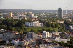 VILNIUS LITAUEN, sikt av en byggnad som överst placeras av den Tauras kullen i Vilnius, Litauen Arkivfoton