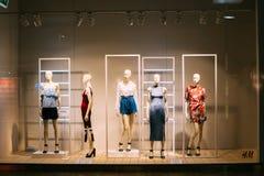 Vilnius Litauen Skyltdockor i lagerfönster av Women' shoppar tillfälliga kläder för s royaltyfria foton