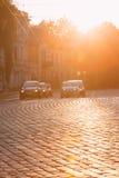 Vilnius Litauen Verkehr auf Zygimantu-Straße, alte Stadt Bewegliche Autos Lizenzfreies Stockbild
