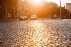 Vilnius Litauen Verkehr auf Zygimantu-Straße, alte Stadt Bewegliche Autos Lizenzfreie Stockfotografie