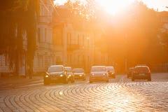Vilnius Litauen Verkehr auf Zygimantu-Straße, alte Stadt Bewegliche Autos Stockfotografie