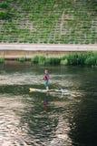 Vilnius Litauen Övning för den unga mannen står paddla upp SUP eller S Fotografering för Bildbyråer
