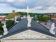 VILNIUS LITHUANIA, CZERWIEC, - 03, 2016: Vilnius katedra i dach ono z Trzy statui świętym Casimir, święty Stanislaus, święty On Zdjęcia Stock