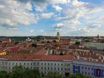 VILNIUS LITHUANIA, CZERWIEC, - 03, 2016: Vilnius Stary miasteczko z budynkami i Chmurnym niebem w tle Zdjęcie Stock