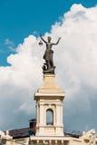 Vilnius, Lithuania Estátua de uma mulher com uma lanterna em suas mãos Imagem de Stock Royalty Free