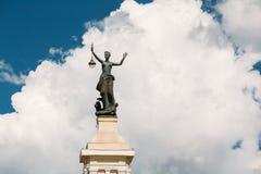 Vilnius, Lithuania Estátua de uma mulher com uma lanterna em suas mãos Imagens de Stock