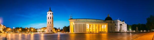 Vilnius, Lithuania, Europa Wschodnia Wieczór nocy panorama Dzwonkowy wierza dzwonnica, Katedralna bazylika St Stanislaus Zdjęcia Royalty Free