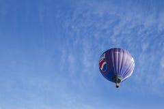 VILNIUS LITHUANIA, LIPIEC, - 16, 2016: Gorące powietrze balon w powietrzu nad Vilnius centrum miasta Na Lipu 16, 2016 w Vilnius Zdjęcia Stock