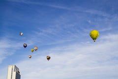 VILNIUS LITHUANIA, LIPIEC, - 16, 2016: Gorące powietrze balon w powietrzu nad Vilnius centrum miasta Na Lipu 16, 2016 w Vilnius Fotografia Royalty Free