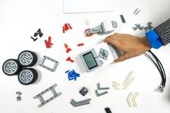 Vilnius Lithuania, Listopad, - 16, 2018: Dzieciak robi Lego robota mindstorms Mechaniczny, uczący się, technologia, trzon edukacj zdjęcie royalty free