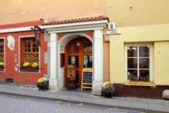 Vilnius Lithuania, Listopad, - 5, 2017: Zewnętrzny projekt mały sklep w starym miasteczku Zdjęcie Royalty Free