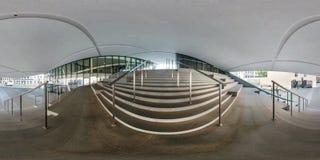 VILNIUS LITHUANIA, MAJ, -, 2019: Pełna bańczasta bezszwowa panorama 360 stopni wędkuje blisko fasady koślawy nowożytny budynek z obrazy stock