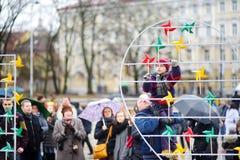 VILNIUS LITHUANIA, MARZEC, - 11, 2016: Ludzie bierze części w świątecznych wydarzenia jako Lithuania zaznaczali 26th rocznicę swó Obrazy Stock