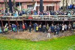 VILNIUS LITHUANIA, MARZEC, - 18, 2017: Setki ludzie cieszy się gody i świętuje St Patrick ` s dzień w Vilnius Zdjęcie Stock