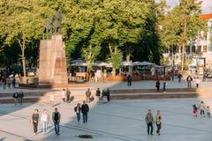 Vilnius, Lithuania O pessoa que anda perto do monumento a Gediminas é duque grande Imagens de Stock