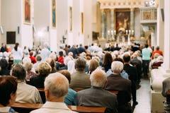 Vilnius, Lithuania Os paroquianos dos povos rezam na catedral Basili Imagem de Stock