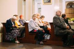 Vilnius, Lithuania Os paroquianos dos povos rezam na catedral Basili Fotos de Stock Royalty Free