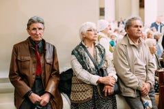 Vilnius, Lithuania Paroquianos na basílica da catedral de Saint Fotografia de Stock