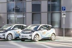 Vilnius Lithuania, Sierpień, - 2, 2016: Elektrycznego samochodu ładuje stacja z dwa samochodami w centrum miasta Obrazy Stock